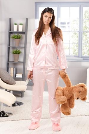 b77c1affa54 #13098543 - Retrato de mujer atractiva sueño de pie en pijama con osito de  peluche y la taza de café de mano en la sala.