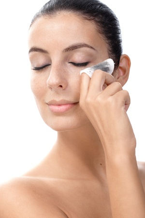 pulizia viso: Attraente giovane femmina di rimuovere il trucco degli occhi con cotone idrofilo.