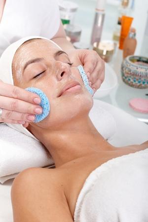 pulizia viso: Closeup ritratto di trattamenti di bellezza viso, crema estetista rimozione dal viso.