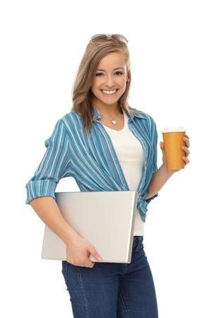 caf� � emporter: Bonne jeune femme blonde avec un ordinateur portable et le caf�.