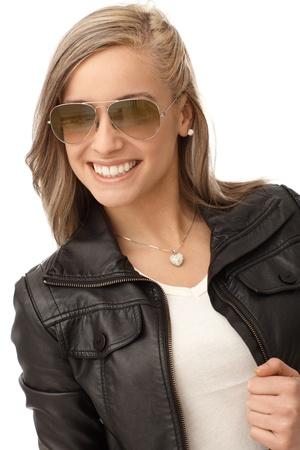chaqueta de cuero: Ni�a feliz en chaqueta de cuero y gafas de sol de moda.