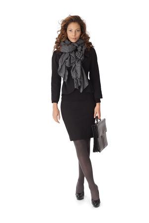 minijupe: Portrait en pied d'affaires attrayant en mini jupe sur fond blanc.