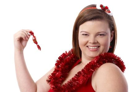mujer gorda: Retrato de mujer feliz regordete en Navidad, navidad con pasta de azúcar con una sonrisa.