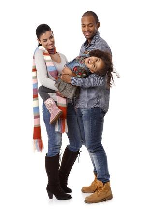 mariage mixte: Happy family interracial avec petite fille en riant.