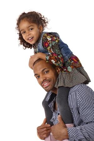 shoulder ride: Padre afro dando un paseo peque�a hija de hombro, sonriendo.