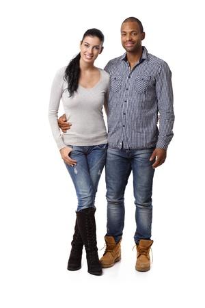 mixed race couple: Atractiva pareja de raza mixta que abarca, sonriendo.
