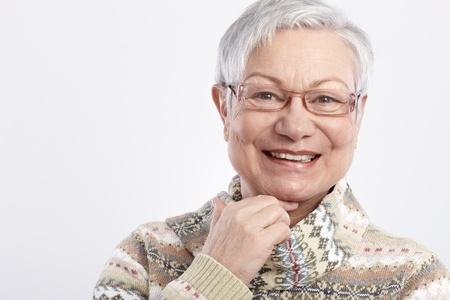 1 senior: Retrato de la sonrisa de mujer de edad avanzada con gafas.