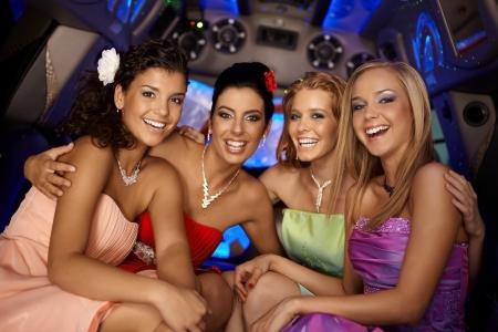despedida de soltera: Hermosas chicas j�venes que tienen las partes en limusina con una sonrisa.