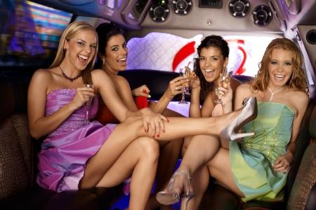 despedida de soltera: Sexy girls tener parte en limusina, sonriendo, bebiendo. Foto de archivo