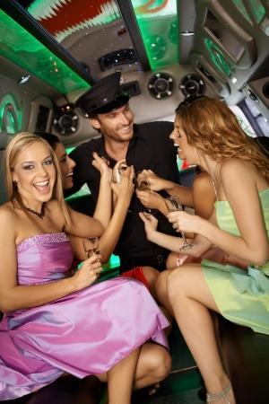 despedida de soltera: Las gallinas noche en limusina con hermosas chicas y un hombre guapo. Foto de archivo
