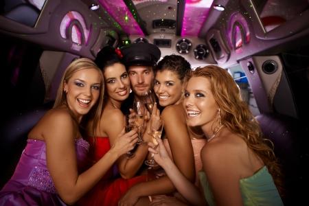 Hens Nacht in der Limousine mit glücklichen jungen attraktiven Menschen. Standard-Bild