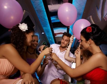 party time: Party time en limousine avec de jeunes femmes et bel homme. Banque d'images