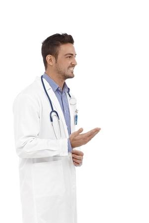 male doctor: Giovane medico di sesso maschile parlando, girare a sinistra.
