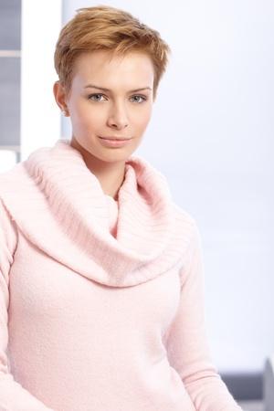 hair short: Ritratto di donna piuttosto breve Gingerish capelli sorridendo.