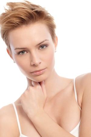blonde yeux bleus: Closeup portrait d'attrayante jeune femme blonde avec les cheveux courts.