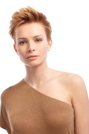 hair short: Ritratto di attraente giovane donna alla moda con i capelli corti.