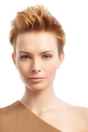 짧은 gingerish 머리를 가진 유행 여자의 근접 촬영 초상화.