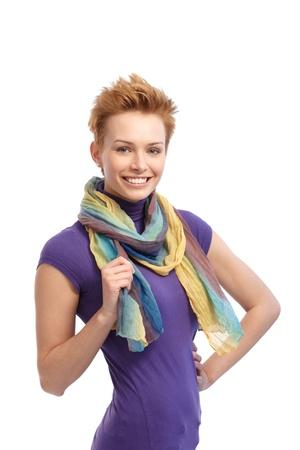 gingerish: Mujer de pelo corto gingerish sonriente en la tapa violeta. Foto de archivo