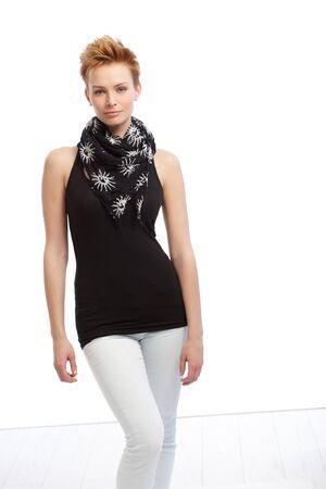 gingerish: El pelo corto mujer gingerish en traje negro y blanco.