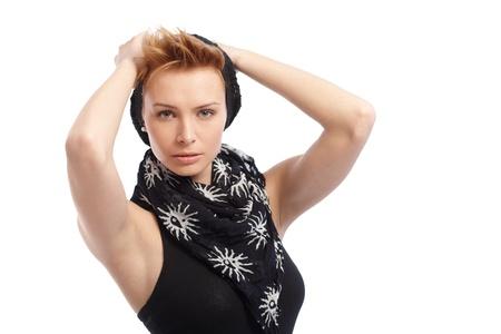 gingerish: Mujer bonita gingerish en el casquillo y bufanda usando top sin mangas, con las manos detr�s de la cabeza.
