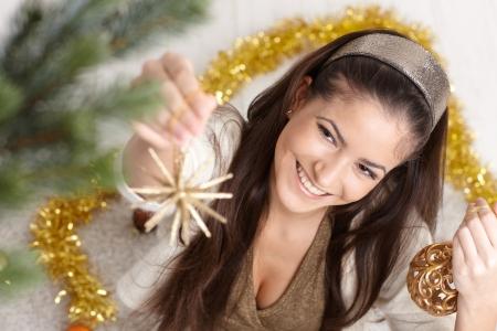ハイアングルビュー: ハイアングルのクリスマス ツリーの装飾で幸せな女。 写真素材