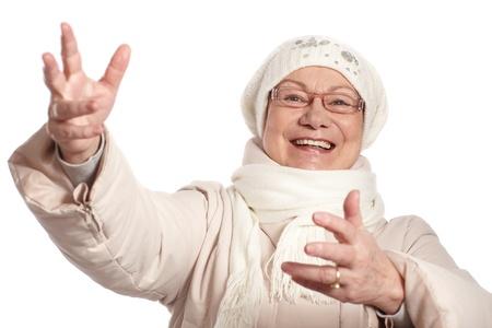 damas antiguas: La vieja señora en ropa de abrigo en invierno, con los brazos abiertos, sonriendo. Foto de archivo