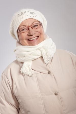 warm clothes: Ritratto di donna felice vecchio inverno sorridente, con indosso vestiti caldi. Archivio Fotografico