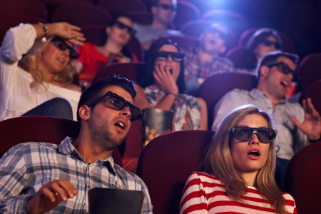 horror movie: Audiencia viendo pel�culas de terror en 3D en el cine.