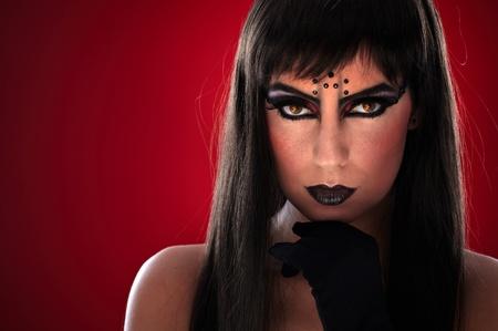 b�se augen: Junge Frau mit professionellen Make-up und schwarzen b�sen Augen.