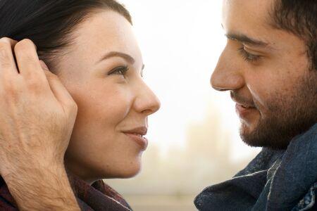 be kissed: Closeup foto di coppia romantica baciare, vista laterale.