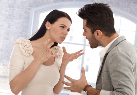 Giovane coppia con una riga, litigare.