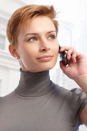 gingerish: Atractiva joven mujer de pelo corto con el tel�fono celular.