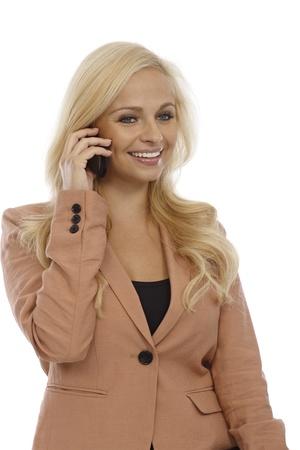 Aantrekkelijke blonde zakenvrouw praten op mobiele telefoon, glimlachend.