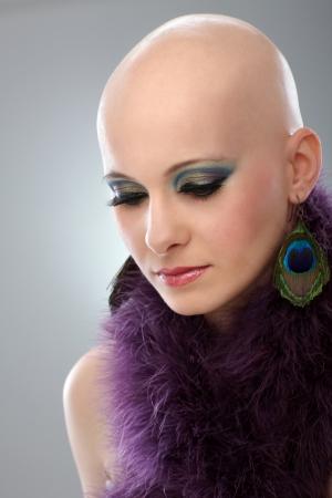 calvo: Retrato de la belleza de la mujer sin pelos en la boa de color púrpura.