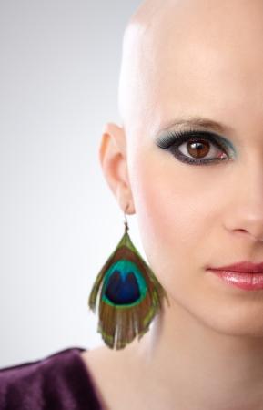 ojos marrones: Studio retrato de una mujer sin pelo, con grandes ojos marrones.