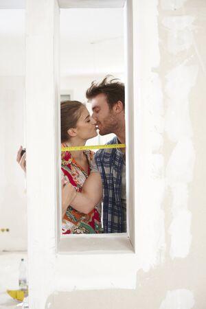 be kissed: Coppia giovane rinnovare casa, baciare, misura 65.533;