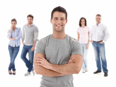 grupo de hombres: Grupo de j�venes felices, sonriendo hombre al frente, aislado en fondo blanco. Foto de archivo