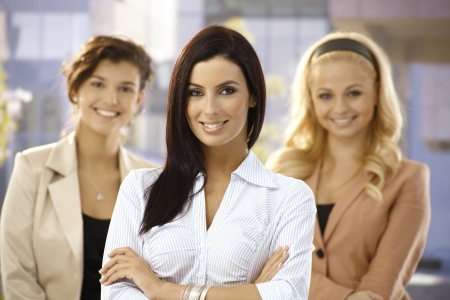 Portret van vertrouwen jonge zakenvrouw glimlachend buitenshuis.