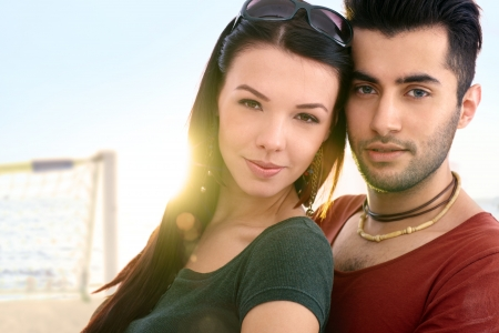 Close-up retrato de la joven pareja rom�ntica en la playa. photo