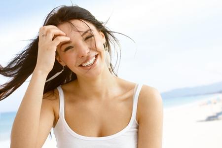 Sommer Porträt glückliche junge Frau im Wind lächelnd 65533; Standard-Bild