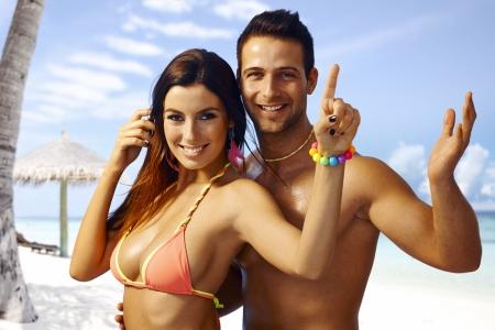rozradostněný: Letní portrét šťastný milující pár na pláži, všeobjímající, baví.