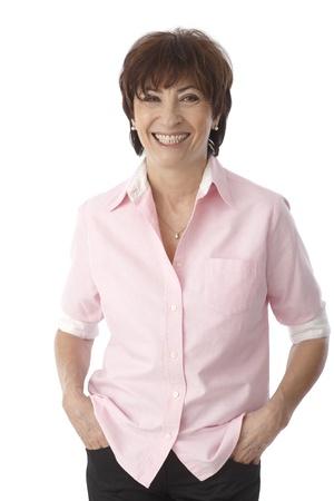 Portret van gelukkig lachende volwassen vrouw met de handen in de zak. Stockfoto - 22073017