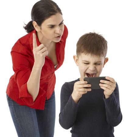 Ragazzino che gioca sul cellulare della madre, la madre lo rimprovera.