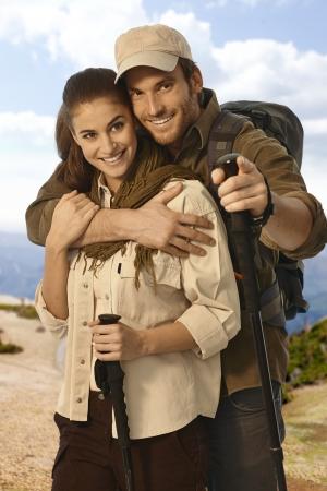 bonne aventure: Couples de sourire heureux de randonneur embrassant extérieur.