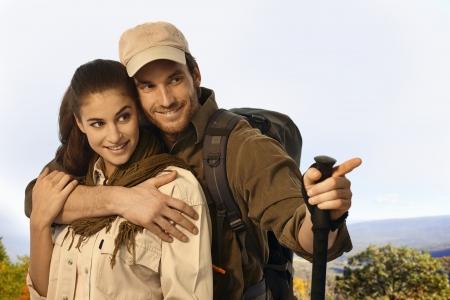 bonne aventure: Heureux jeune couple en vêtements trekker sortie par temps ensoleillé. Banque d'images