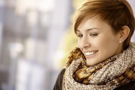 rostro mujer perfil: Retrato de perfil de mujer joven y atractiva con la bufanda