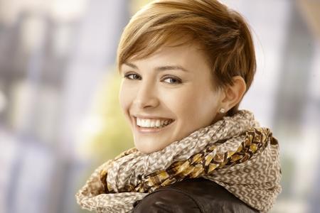 Glückliche junge Frau im Rückblick und lächelt Standard-Bild