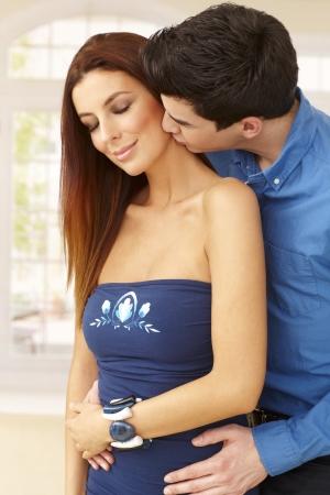 be kissed: Giovane coppia di innamorati baciare e abbracciare.