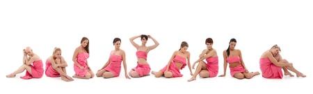 Jonge vrouwen gehuld in roze textiel zitten op de vloer. Dit is een gratis beeld, onderdeel van een goed doel project. Modellen en het personeel werkte voor gratis aan borstkanker awereness campagnes wereldwijd te ondersteunen.