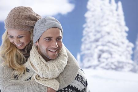 couple amoureux: Portrait de l'heureux couple amoureux embrassant � l'ext�rieur en hiver. Banque d'images